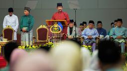 Sultan Hassanal Bolkiah menyampaikan pidato dalam sebuah acara di Bandar Seri Begawan, Brunei Darussalam, Rabu (3/4). Hukum syariah baru juga akan menghukum pencuri dengan potong tangan dan aborsi dicambuk di depan publik. (AFP)