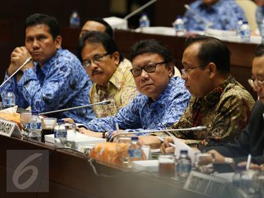 Mendagri Tjahjo Kumolo (tengah) bersama Menteri ATR/Kepala BPN Sofyan Djalil dan Menteri PANRB Asman Abnur (kiri) mengikuti rapat kerja Komisi II DPR dengan kementerian dan lembaga, di Kompleks Parlemen, Jakarta, Senin (3/10). (Liputan6.com/Johan Tallo)