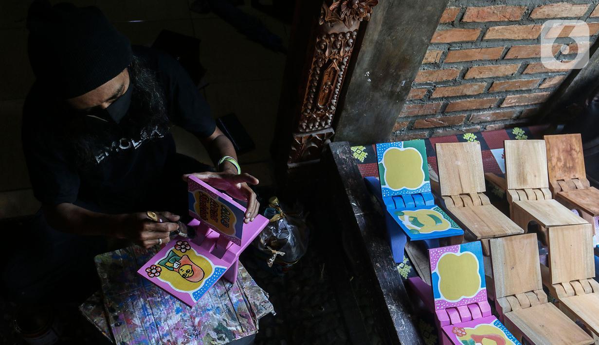 Perajin menyelesaikan pembuatan rekal/lekar untuk meletakkan Al-Quran di Gallery Cemolex, Depok, Jawa Barat, Kamis (22/4/2021). Saat bulan Ramadhan permintaan rekal/lekar meningkat dari 50 sampai 200 buah yang dijual dari harga 50 ribu sampai 100 ribu. (Liputan6.com/Johan Tallo)