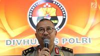 Kadiv Humas Mabes Polri Irjen Setyo Wasisto memberi keterangan saat rilis terkait dua teroris di Bima di Mabes Polri, Jakarta, Selasa (31/10). Tim Densus 88 antiteror telah mengamankan sejumlah barang bukti. (Liputan6.com/Angga Yuniar)