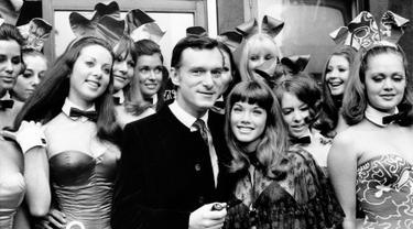 Pendiri majalah Playboy Hugh Hefner berpose dengan pacarnya Barbara Benton seorang aktris berusia 19 tahun dan dikelilingi Bunny Girls di Playboy Club, London, pada 5 September 1969. Hugh Hefner tutup pada pada usia 91 tahun. (AP Photo)
