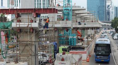 Pekerja mengerjakan proyek pembangunan LRT Jabodebek di Jalan Rasuna Said Kuningan, Jakarta, Kamis (14/2). Sejauh ini, perkembangan proyek pembangunan LRT Jabodebek fase I hingga Januari 2019 telah mencapai 56,1 persen.(Merdeka.com/Imam Buhori)