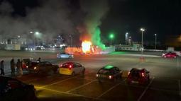 Pusat pengujian COVID-19 terlihat setelah dibakar pengunjuk rasa di Urk, 80 kilometer (50 mil) timur laut Amsterdam, Sabtu (23/1/2021). Para pengunjuk rasa menentang penguncian (lockdown) di negara itu. Mereka juga menetang aturan baru soal jam malam. (Pro News via AP)