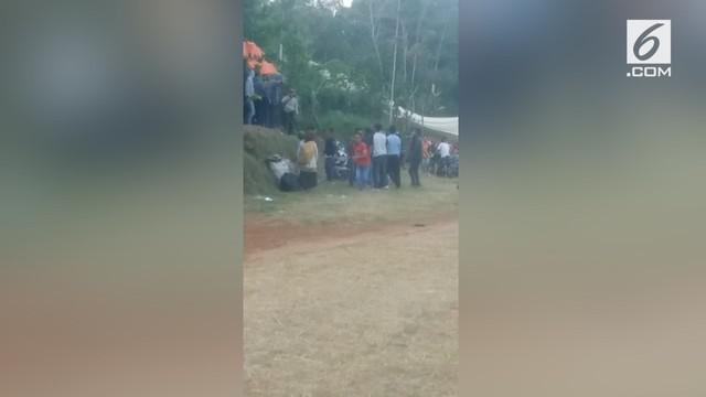 Sebuah acara motor cross mendadak ricuh, lantaran seorang warga yang protes dipukuli panitia.