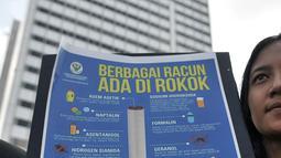 Mahasiswa Universitas Muhammadiyah Prof. Dr. Hamka membentangkan poster berisi kandungan racun dalam rokok saat menggelar kampanye hidup sehat di car free day (CFD), Jakarta, Minggu (8/4). (Merdeka.com/Iqbal Nugroho)