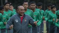 Ketum PSSI, Edy Rahmayadi, berlari bersama pemain Timnas Indonesia U-16 sebelum acara pelepasan di Stadion Atang Sutresna, Jakarta Timur, Rabu (12/9/2017). Timnas U-16 akan mengikuti kualifikasi Piala AFC U-16. (Bola.com/Vitalis Yogi Trisna)