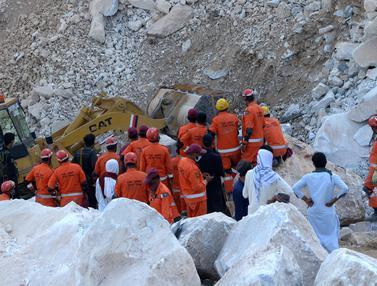 Proses Pencarian Korban Tambang Marmer yang Longsor di Pakistan
