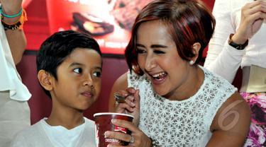 Widi Mulia, salah satu personil B3 bersama anaknya, Dru Prawiro Sasono, saat ditemui di kawasan Kebayoran Baru, Jakarta, Selasa (5/5/2015). Widi terlihat sangat akrab dengan anaknya. ( Liputan6.com /Panji Diksana )