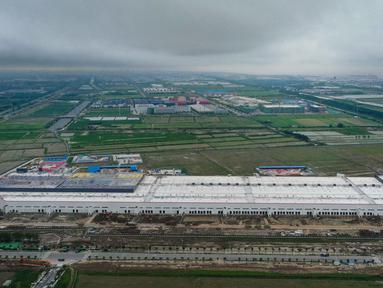 Foto dari udara memperlihatkan pembangunan pabrik Tesla di Shanghai, China pada Selasa (16/7/2019). Pembangunan pabrik produsen mobil listrik yang pertama di luar Amerika Serikat ini memiliki nilai investasi 5 miliar dolar AS atau setara Rp70 triliun. (AFP Photo)