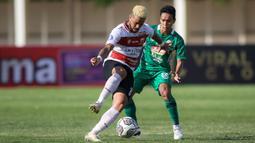Penyerang Madura United, Rafael Silva (kiri) berebut bola dengan Misbakus Solikin saat laga pekan keempat BRI Liga 1 2021/202 di Stadion Madya, Jakarta, Sabtu (25/09/2021). (Bola.com/Bagaskara Lazuardi)