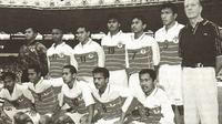 Henk Wullems bersama skuat Timnas Indonesia SEA Games 1997. (Bola.com/Zona Memori Sepak Bola Indonesia)