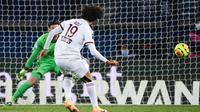 Gelandang Bordeaux, Yacine Adli, melakukan eksekusi penalti ke gawang Paris Saint-Germain dalam laga lanjutan Liga Prancis 2020/21 di Parc de Princes Stadium, Sabtu (28/11/2020) waktu setempat. Hasil akhir PSG dan Bordeaux bermain imbang 2-2. (AFP/Franck Fife).