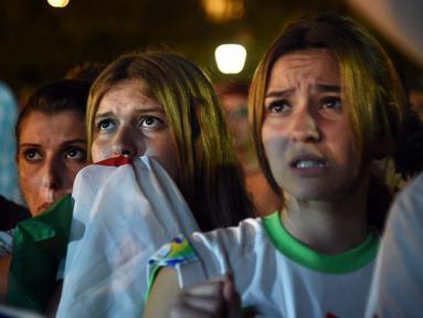 Rakyat Aljazair ikut menyaksikan pertandingan antara Aljazair vs Jerman dinegaranya (AFP PHOTO/FAROUK BATICHE)