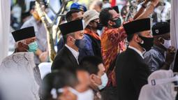 Ketua Umum Partai Demokrat Agus Harimurti Yudhoyono (kanan) dan Ketua Fraksi Partai Demokrat Edhie Baskoro Yudhoyono (tengah) saat menghadiri pemakaman mantan KSAD Jenderal TNI (Purn) Pramono Edhie Wibowo di TMP Kalibata, Jakarta, Minggu (14/6/2020). (Liputan6.com/Faizal Fanani)