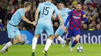 Kapten Barcelona, Lionel Messi, menggiring bola saat melawan Slavia Praha pada laga Liga Champions 2019 di Stadion Camp Nou, Selasa (5/11). Kedua tim bermain imbang 0-0. (AP/Emilio Morenatti)