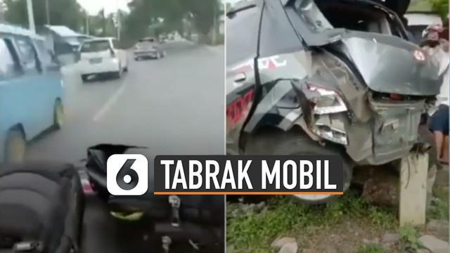 Mobil damkar yang hendak menyalip dari kanan bertemu minibus abu-abu yang menyeberang.