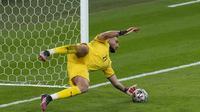 Kiper Timnas Italia, Gianluigi Donnarumma menepis tendangan penalti Alvaro Morata saat berhadapan dengan Timnas Spanyol. (Matt Dunham / POOL / AFP)