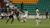 Pemain PSM Makassar, Asnawi Mangkualam Bahar, berusaha melewati kawalan pemain Tampines Rovers dalam laga perdana Grup H Piala AFC 2020 di Stadion Jalan Besar, Singapura, Rabu (12/2/2020). (Bola.com/Abdi Satria)