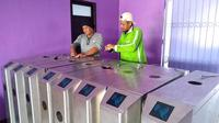 Panpel Persik menggunakan sistem tiket elektrik untuk penonton yang menyaksikan pertandingan di Stadion Brawijaya, Kota Kediri. (Bola.com/Gatot Susetyo)