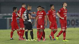 Namun, kemenangan yang hampir dalam genggaman akhirnya batal. PSIS Semarang sukses mencetak gol penyeimbang melalui Hari Nur Yulianto  dan gol bunuh diri Rohit Chand. (Foto: Bola. Com/ M Iqbal Ichsan)