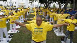 Sekelompok orang saat melakukan meditasi Falun Gong sebelum aksi menentang pemerintah China, di luar Balaikota Los Angeles, California, Kamis (15/10). Presiden China Xi Jinping akan melakukan kunjungan kenegaraan di Washington. (REUTERS/Lucy Nicholson)