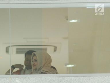 Deisti Astriani Tagor bersama terdakwa dugaan korupsi e-KTP Setya Novanto usai menjalani pemeriksaan di gedung KPK, Jakarta, Rabu (10/1). Sebelumnya pada Senin (20/11) lalu, Deisti juga telah diperiksa. (Liputan6.com/Helmi Fithriansyah)