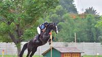 Ferry Wahyu dengan kuda Equinara Granadine, atlet berkuda Indonesia untuk Asian Games 2018 (Foto: istimewa)