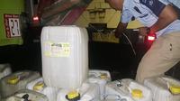 Polsek Kawasan Pelabuhan Samudera Bitung menggagalkan upaya penyelundupan sekitar 250 liter miras Cap Tikus ke Ternate, Maluku Utara melalui jalur laut, Senin malam (25/01/2021).