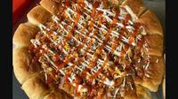 Salah satu varian Pizza Koe yang dijual di pinggir jalan. (dok. Instagram @pizzakoepontianak/https://www.instagram.com/p/CEJGwyqhmiz/Dinny Mutiah)