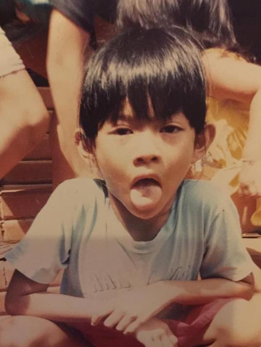 Ketika masih duduk di bangku TK, Dian Sastro tampak tomboi. Dian kecil tampak berpose dengan ekspresi menjulurkan lidah. (Foto: instagram.com/therealdisastr)