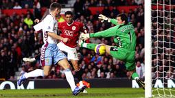 Aston Villa. Cristiano Ronaldo juga telah membukukan 6 gol saat bersua Aston Villa di Liga Inggris. Gol pertamanya dicetak pada pekan terakhir musim 2003/2004 via sepakan kaki kanan. Gol terakhirnya dicetak pada pekan ke-32 musim 2007/2008 juga lewat sepakan kaki kanan. (Foto: AFP/Paul Ellis)