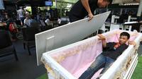 Kafe yang berlokasi di Bangkok ini mengusung tema kematian. selain terdapat karangan bunga, serta lorong gelap, kafe ini juga dilengkapi dengan peti mati (Sumber foto: thenation.com)