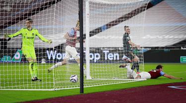Pemain West Ham United Craig Dawson (kanan) melakukan selebrasi usai mencetak gol ke gawang Leeds United pada pertandingan Liga Inggris di Stadion London, London, Inggris, Senin (8/3/2021). West Ham United menang 2-0. (Ian Walton, Pool)