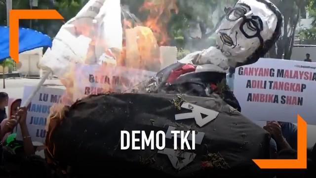 Ratusan warga Kupang melakukan demonstrasi atas bebasnya majikan penganiaya TKI hingga tewas. Dalam aksinya, massa membakar boneka Mahathir Mohamad.