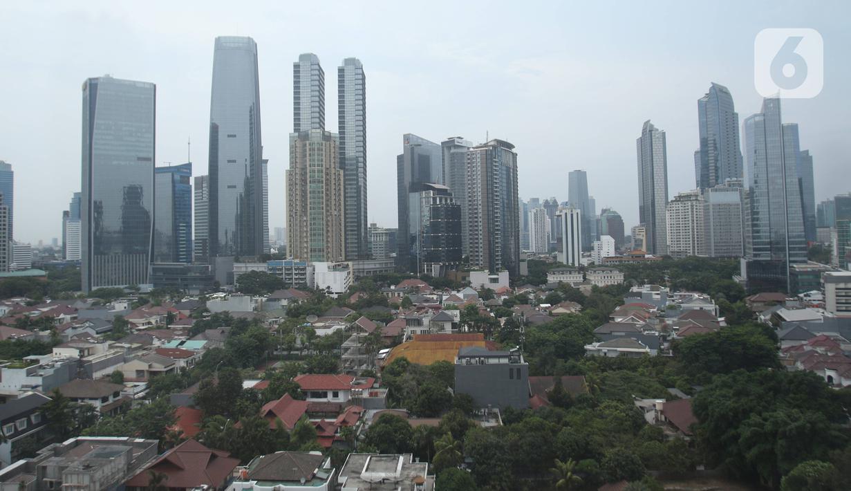 Deretan gedung bertingkat terlihat dari jendela gedung pencakar langit di kawasan Jakarta, Kamis (26/12/2019). Pemerintah memproyeksi pertumbuhan ekonomi tahun depan di kisaran 5,2%, berada di bawah target APBN 2020 sebesar 5,3%.  (Liputan6.com/Angga Yuniar)