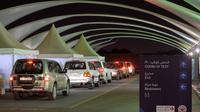 Orang-orang mengantre untuk menjalani tes COVID-19 di pusat tes COVID-19 lantatur (drive-thru) di Kegubernuran Farwaniya, Kuwait, 18 November 2020. Kuwait pada Rabu (18/11) melaporkan tambahan 452 kasus COVID-19 dan sembilan kematian baru. (Xinhua/Asad)