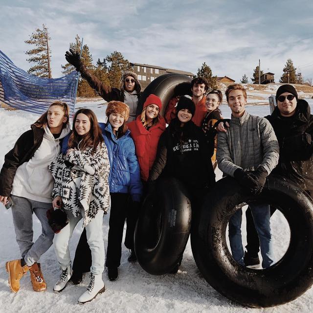 Selena Gomez, Austin North (berbaju abu-abu) dan kawan-kawan (Instagram/ austinnorth55 - https://www.instagram.com/p/BrjJI9IA7nW/)