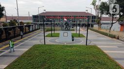 Foto udara memperlihatkan suasana baru pedestrian di kawasan Stasiun Pasar Senen, Jakarta, Kamis (18/6/2020). Renovasi ini bagian dari penataan area integrasi antarmoda untuk memfasilitasi masyarakat, dari dan menuju stasiun serta yang ingin melanjutkan naik bus. (Liputan6.com/Helmi Fithriansyah)