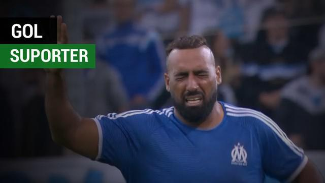 Berita video suporter bernama Kamel Zaroual menciptakan gol dengan berlari dari tengah lapangan saat laga Marseille melawan Toulouse dalam lanjutan Ligue 1 2017-2018.