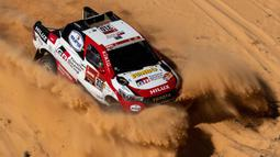 Pembalap Toyota Gazoo Racing Frenando Alonso dan Marc Coma bersaing pada stage kelima Reli Dakar 2020 antara Al Ula dan Hail di Arab Saudi, Kamis (9/1/2020). Alonso mencetak sejarah sebagai juara dunia Formula 1 (F1) pertama yang berlaga di ajang Reli Dakar. (AP Photo/Bernat Armangue)