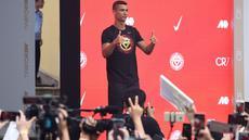 """Pemain timnas Portugal, Cristiano Ronaldo mengacungkan jempolnya ketika menyapa penggemar saat rangkaian """"CR7 Tour"""" yang disponsori Nike di Beijing, Kamis (19/7). Pemain berjuluk CR7 itu terbang ke China dengan menaiki jet pribadi. (WANG ZHAO/AFP)"""