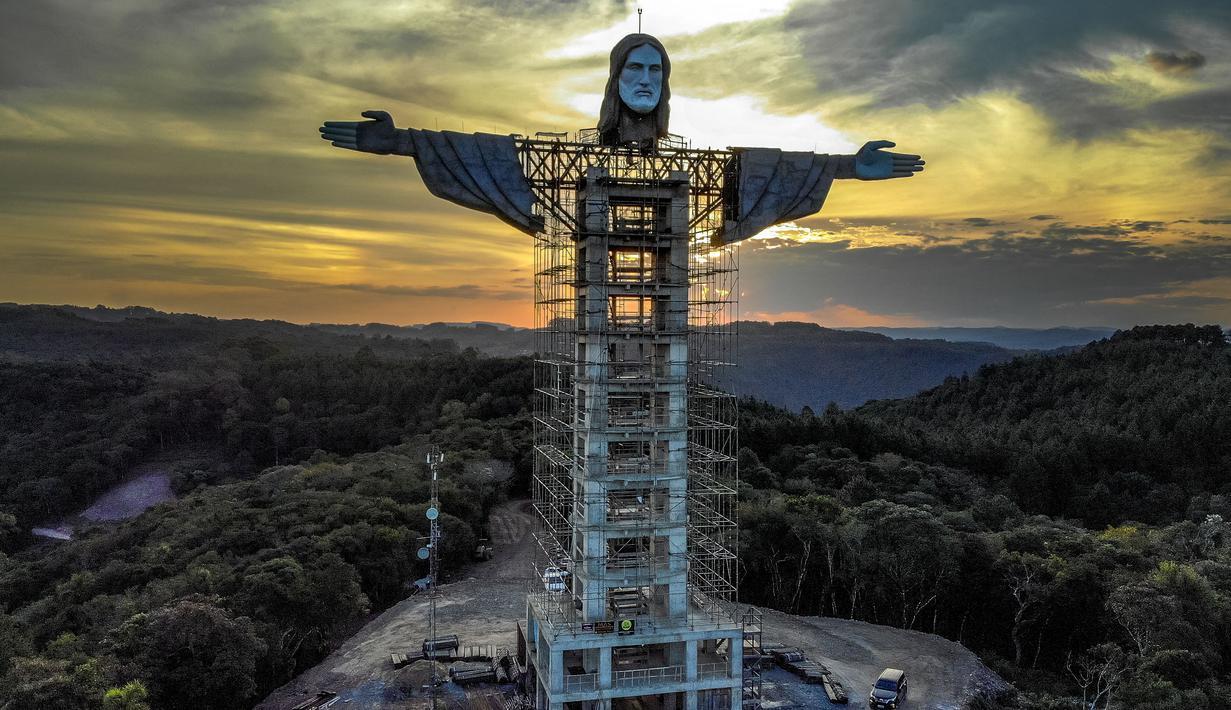 """Pemandangan patung raksasa Yesus baru yang sedang dibangun di Encantado, negara bagian Rio Grande do Sul, Brasil, pada 9 April 2021. Patung """"Christ the Protector"""" tersebut dikaim akan lebih tinggi daripada patung ikonik Kristus Penebus yang menghadap ke Rio de Janeiro. (SILVIO AVILA/AFP)"""