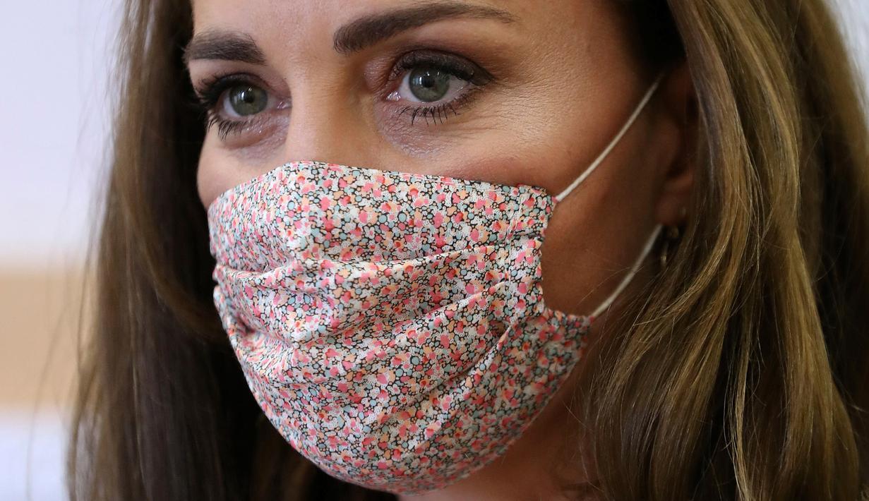 Kate Middleton mengenakan masker saat mengunjungi Baby Basics UK di Sheffield, Inggris, Selasa (4/8/2020). Tampilan Kate Middleton menjadi sorotan, lantaran untuk pertama kalinya selama pandemi corona,  Duchess of Cambridge itu mengenakan masker di depan publik. (Chris Jackson/PA via AP)