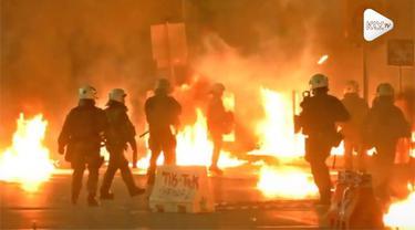 Kaum anarkis memanfaatkan situasi dengan menyuarakan kemarahan mereka kepada kebijakan pemerintah. Mereka melempari bom molotov ke arah polisi usai peringatan ke-45 pemberontakan mahasiswa tahun 1973 di Yunani.