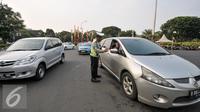 Petugas Kepolisian melakukan pencatatan jumlah mobil yang melanggar di Jalan Medan Merdeka Barat, Jakarta, Jumat (5/8). Terhitung 27 Juli hingga 3 Agustus 2016 jumlah pelanggaran uji coba ganjil-genap mencapai 5.947 pelanggar. (Liputan6.com/Yoppy Renato)