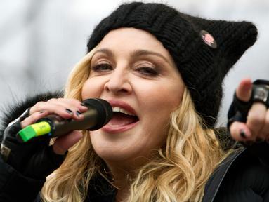 Aktris Madonna berpidato diatas panggung saat mengikuti Women's March di Washington, AS (21/1). Aksi Woman's March adalah aksi protes yang menolak Trump karena kebencian dan rasisme yang selama ini sering dilayangkan. (AP Photo/Jose Luis Magana)