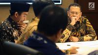 Ketua DPR Bambang Soesatyo menemui musikus di Kompleks Parlemen, Senayan, Jakarta, Senin (28/1). Pertemuan tersebut meminta untuk memprioritaskan Program Legiislasi Nasional (Prolegnas) DPR 2019 dalam RUU Permusikan. (Liputan6.com/Johan Tallo)