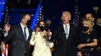 Presiden dan Wapres terpilih AS Joe Biden-Kamala Harri bersama Jill Biden dan Douglas Emhoff, setelah menyampaikan sambutan di Wilmington, Delaware, pada 7 November 2020, setelah dinyatakan sebagai pemenang Pemilu Amerika. (Jim Watson / AFP)