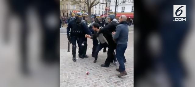 Rekaman video pengawal utama Presiden Prancis Emmanuel Macron memukuli seorang demonstran mahasiswa. Insiden itu terjadi saat  demonstrasi Hari Buruh di Paris.