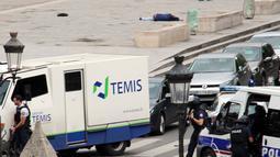 Seorang pria tergeletak di jalan setelah ditembak oleh pihak kepolisian di luar Katedral Notre-Dame, Paris, Selasa (6/6). Pria itu dilaporkan mencoba menyerang anggota polisi dengan menggunakan palu dan membawa sebilah pisau. (David Metreau via AP)